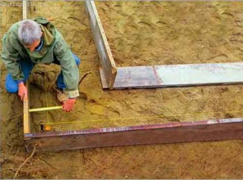 Сначала мы устанавливаем наружные стенки опалубки