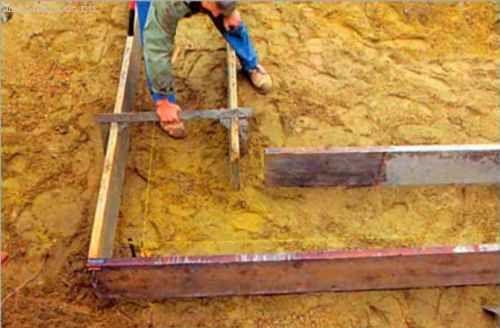 Затем параллельно доскам внешней опалубки устанавливаем и фиксируем с помощью стальных П-образных скоб доски внутренней стенки опалубки