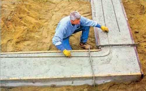 Сразу же после заливки бетона, пока он ещё не затвердел, мы приступаем к укладке вдоль всего периметра подошвы двух рядов стальных арматурных прутков d 12,5 мм
