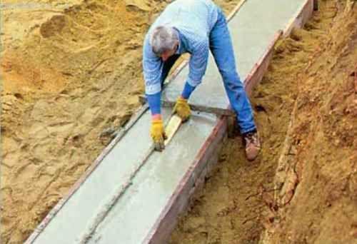 На всех прямых участках подошвы точно вдоль центральной линии верхней кромки мы делаем шпоночную канавку глубиной 2,5-3,0 см и шириной 7-8 см.