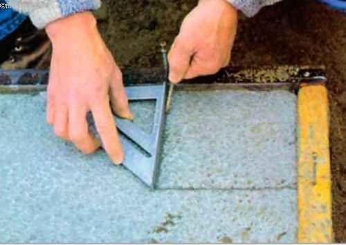 Положения углов фундаментных стен мы отмечаем прямо на верхней кромке подошвы, прочертив риски остриём гвоздя на слегка затвердевшей поверхности бетона