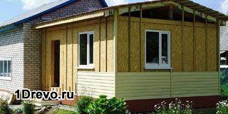Деревянная пристройка к кирпичному дому для хозяйственных целей