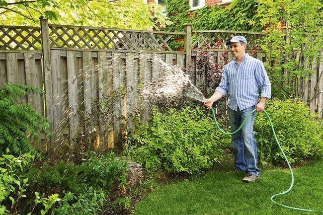 Влагозарядный полив создает в земле запас грунтовой влаги, которая обеспечивает растениям нормальную зимовку