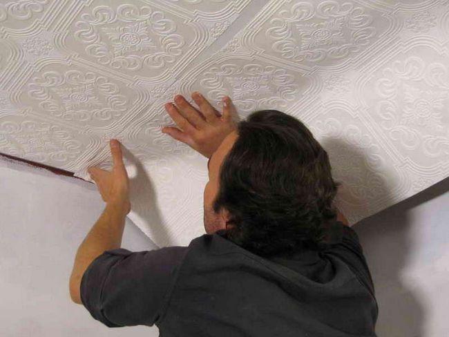 Как клеить обои на потолок: поклейка своими руками, видео, как правильно можно одному, что сначала