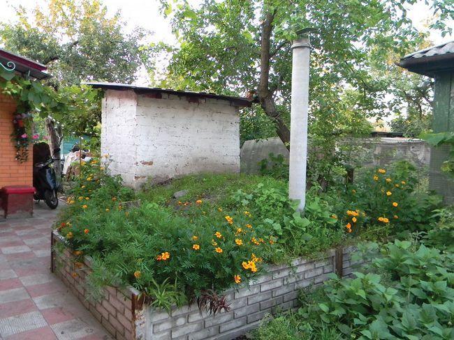 Если необходимо просторное хранилище и на участке достаточно места, погреб можно устроить отдельно от дома
