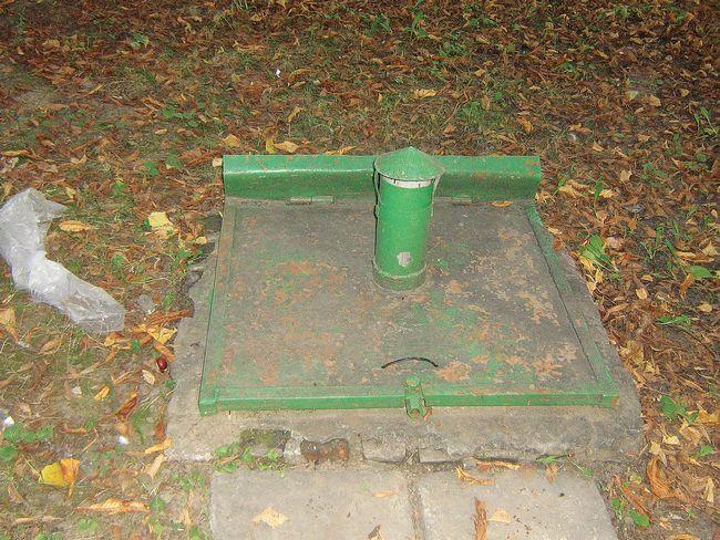 Самые простые погреба оборудуют одной дверью &minus- люком