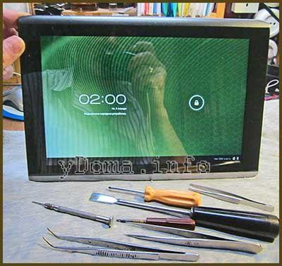 Фотография планшета Acer A500 и набора инструмента для его разборки