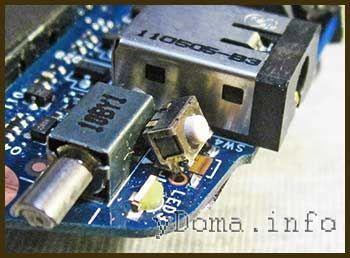 Фото отогнутой кнопки Power включения планшета