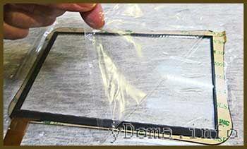 Фото удаления защитной пленки с сенсорного стекла планшета