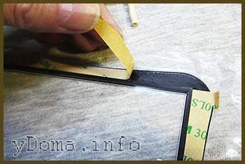 Фото удаления защитной бумаги с липкого слоя сенсорного стекла планшета