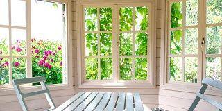 Какие деревянные окна выбрать для веранды на даче