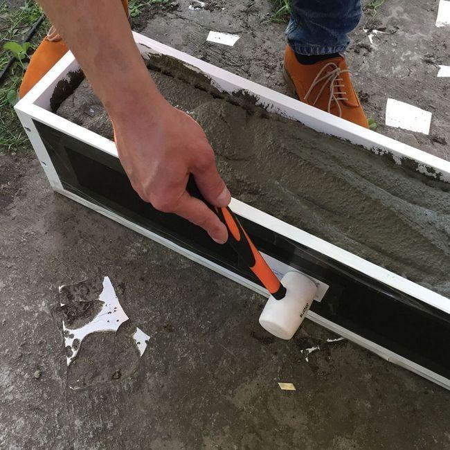 7. Резиновым молотком простукиваем форму, чтобы удалить воздушные пузырьки.