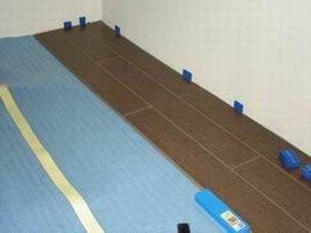 Панели должны отступать от стен на 3-10 мм