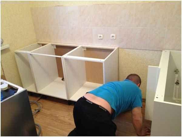 Собираем мебель для кухни - выравнивание шкафов