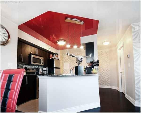 Двухцветный натяжной потолок из ПВХ пленки на кухне