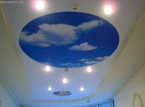Натяжные потолки в зале