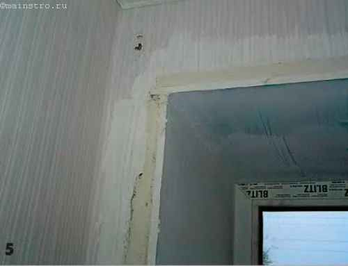 Неровности на стенах по всему периметру оконного проёма заштукатуривают универсальной гипсовой штукатуркой «Ротбанд».