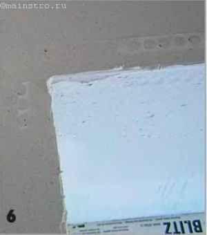 Чтобы углы получились «идеальными», по всему периметру оконного проёма наклеивают штукатурный уголок