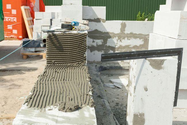 Блоки кладут на специальный клеевой раствор толщиной в несколько миллиметров
