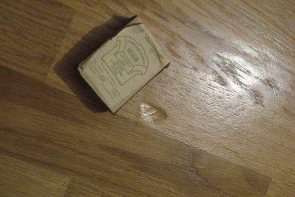 На фото показан дефект линолеума из-за мягкой подстилки