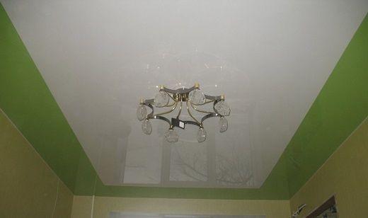 Одноуровневые двухцветные натяжные потолки для зала