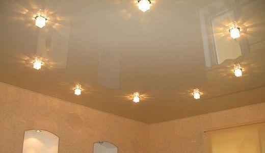 Одноуровневые натяжные потолки с точечными светильниками
