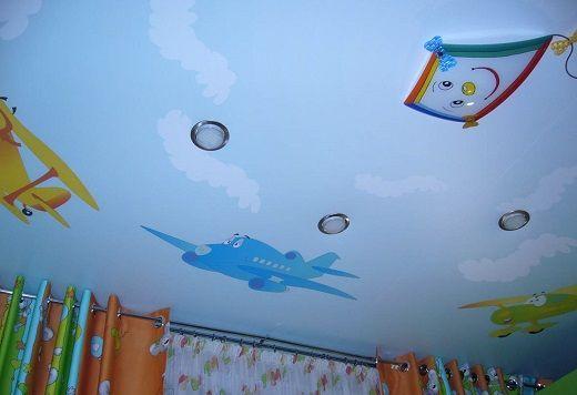 Натяжные одноуровневые потолки для детской комнаты
