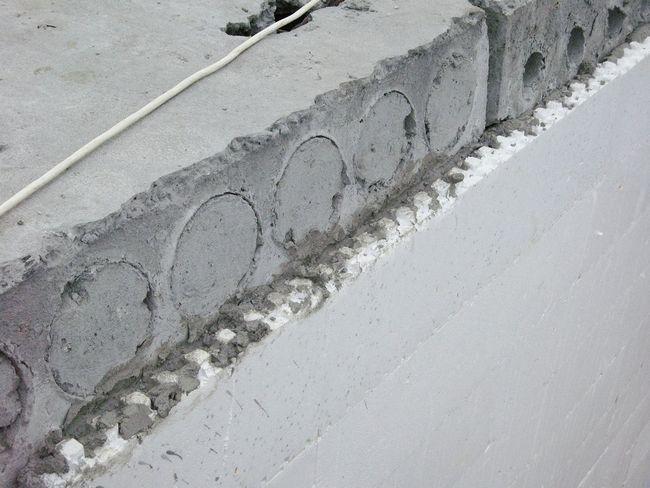 8. Перед монтажом перекрытий срезают внутреннюю часть блоков до уровня бетона. Плиты кладут на железобетонную стену, а затем с наружной стороны закрывают листом пенополистирола
