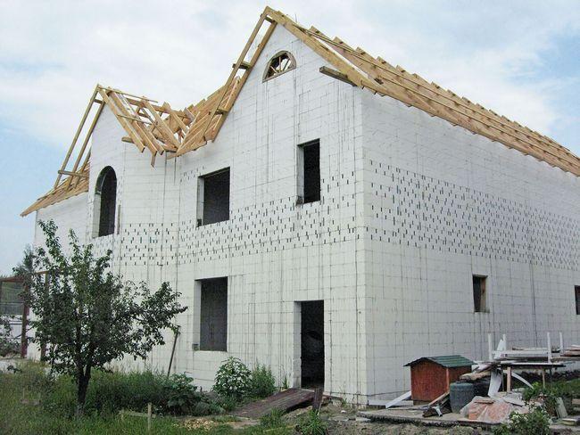 Коробку двухэтажного дома по технологии «термодом» возводят менее чем за три месяца