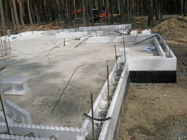 2. Выполняют гидроизоляцию основания и через 5 дней приступают к укладке блоков