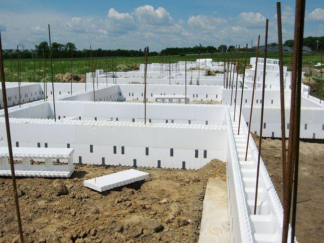 4. Для первого ряда часто используют разборные блоки, поскольку они более бетоноемкие, чем обычные с пенополистирольными перемычками