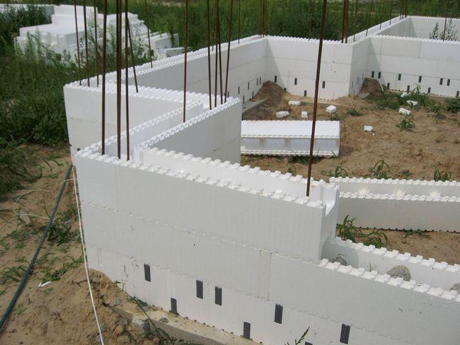 5. Углы дома усиливают вертикально расположенными арматурными прутами
