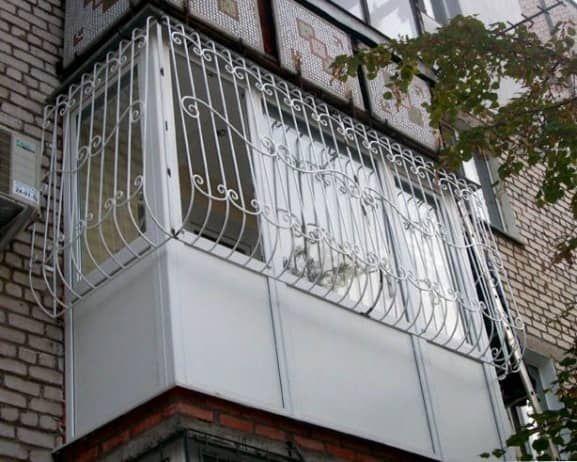 Решетки на балкон: надежный метод защиты от незваных гостей