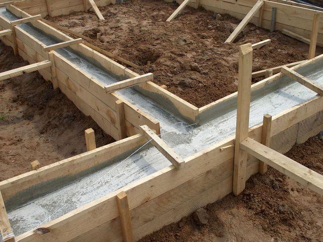 Создание опалубки для ленточного фундамента и заливка бетона займут более двух недель