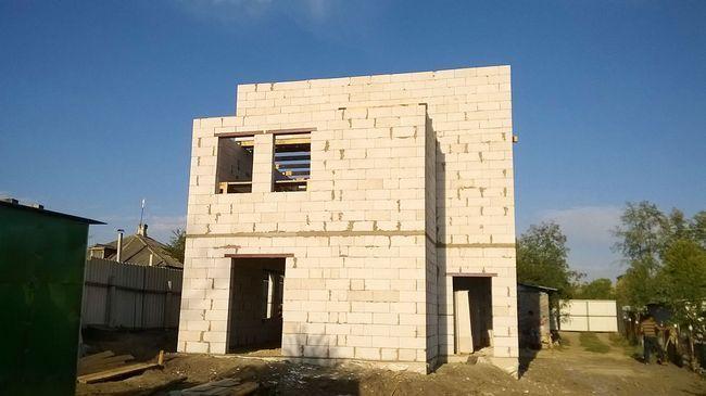 Значительно экономит время возведение стен из ячеистого бетона или керамических блоков. Такие стены не нуждаются в утеплении