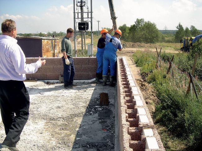 После того, как опалубка из блоков выложена, ее заливают цементом.