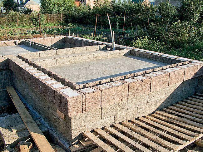 Такие блоки также можно использовать при строительстве подвалов.
