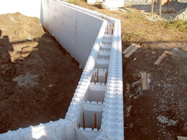 Толщина пенополистирольного блока, предназначенного для стен, с внутренней стороны составляет 5 см, с наружной – 10 см