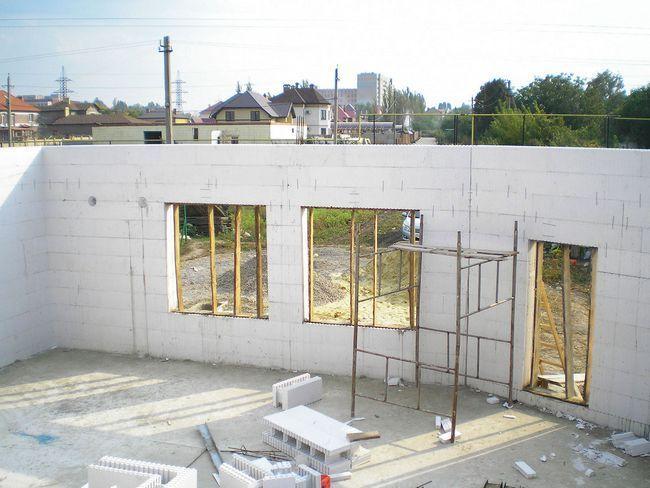Поскольку термоблоки &minus- сквозные, перед заливкой бетона сооружают опалубку внутри оконных и дверных проемов