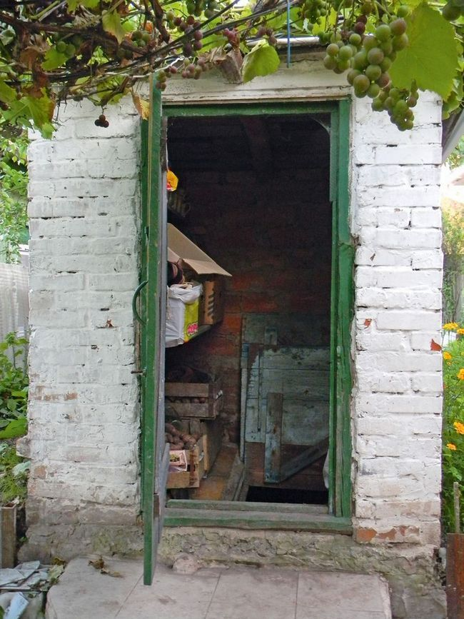 Теплый вход в отдельно стоя- щий погреб можно организо- вать, устроив тамбур
