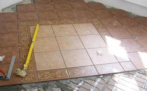 Во влажных комнатах на пол лучше всего стелить плитку.